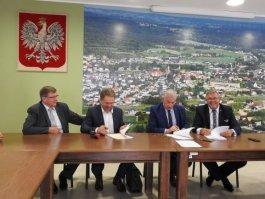 Podpisanie umowy na dostawę i montaż instalacji kolektorów słonecznych oraz powietrznych pomp ciepła w gminach Sierakowice, Kartuzy i Sulęczyno
